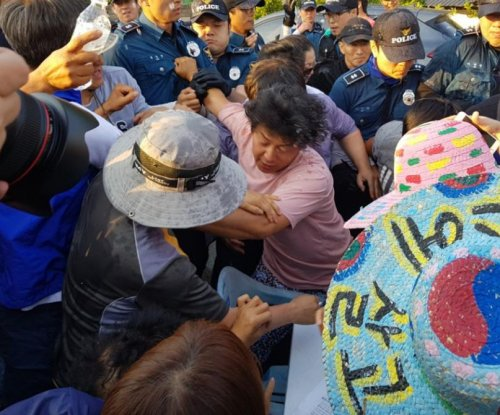 South Korea police mobilized after conservatives confront anti-THAAD activists