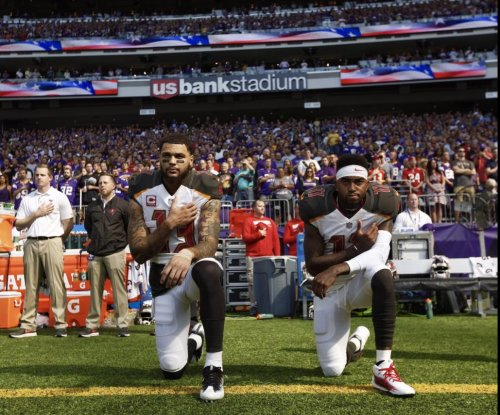 Tampa Bay Buccaneers, Minnesota Vikings players kneel, lock arms during national anthem
