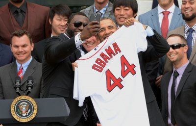 David Ortiz snaps selfie with Obama