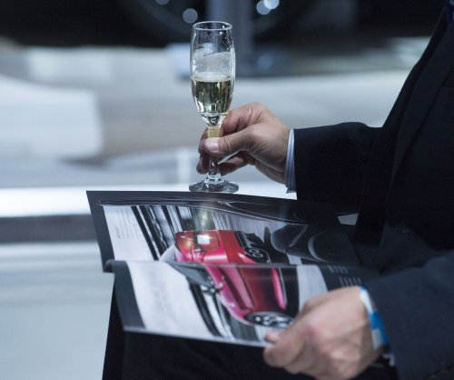 Caanadian man sues airline for serving sparkling wine instead of champagne