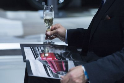 Canadian man sues airline for serving sparkling wine instead of champagne