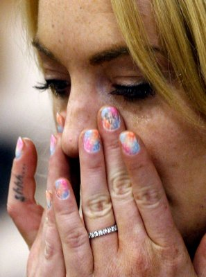 Lohan sports fingernail curse in court