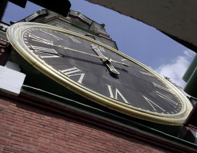 Russians turn back clocks to permanent winter time
