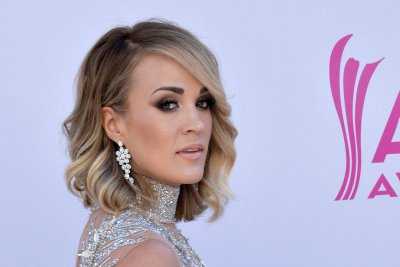 Carrie Underwood shows off facial scar in Instagram post