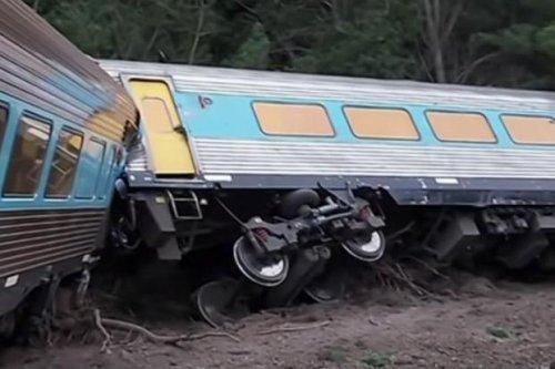 2 dead after passenger train derails in Australia