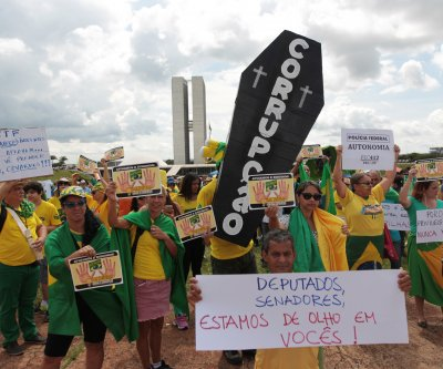Brazilians protest bill they say weakened anti-corruption probe