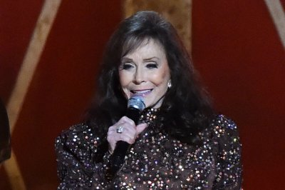 Loretta Lynn breaks hip, has surgery
