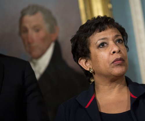 Bill Clinton, Loretta Lynch criticized over private airport tarmac meeting