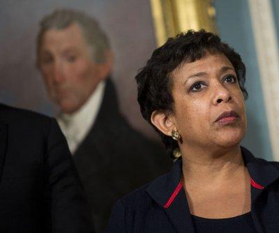 Bill Clinton, Loretta Lynch criticized over private airport tarmac meeting
