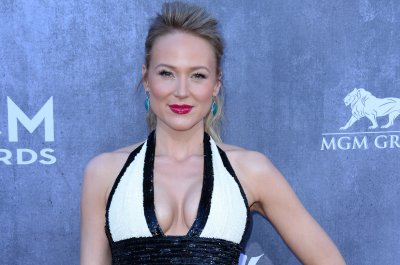 Jewel teases demo from first album to promote re-release, concert