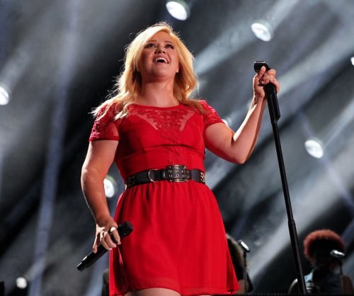 Kelly Clarkson can't get other artists to collaborate with her