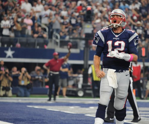 Tom Brady quiets Indianapolis Colts fans, keeps New England Patriots undefeated