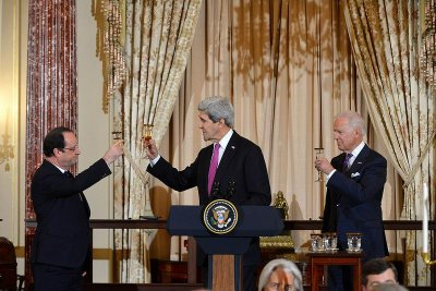 Secretary Kerry toasts French President Hollande during U.S. visit