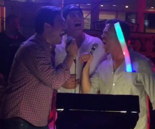 Chicago Cubs' Anthony Rizzo, Theo Epstein share karaoke stage