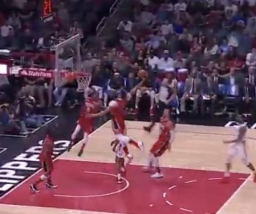 Anthony Davis completes jaw dropping alley-oop