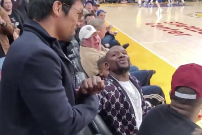 Manny Pacquiao, Floyd Mayweather have awkward handshake at Lakers game