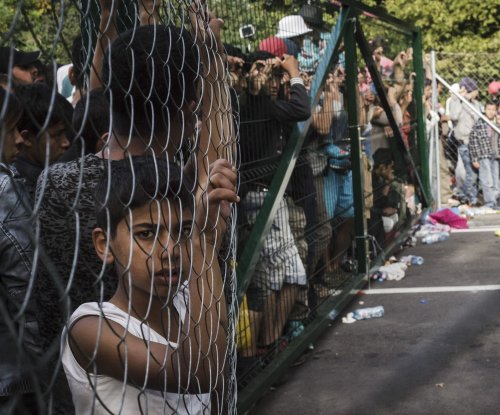 Hungary builds fence as Croatia closes border crossings