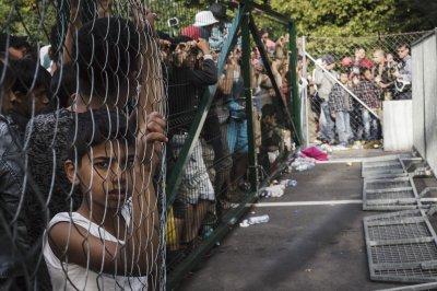 Hungary builds fence as Croatia closes border crossings