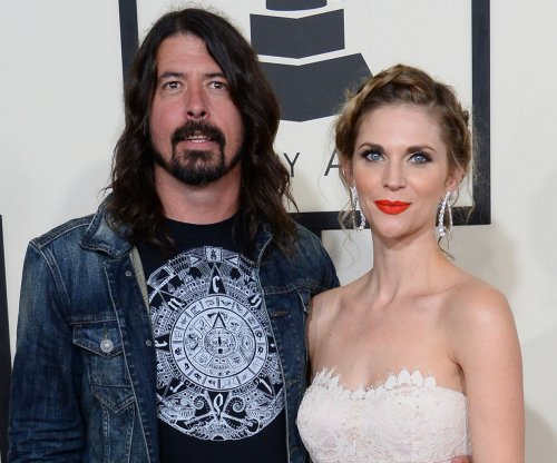 Dave Grohl breaks leg during concert; returns to finish show