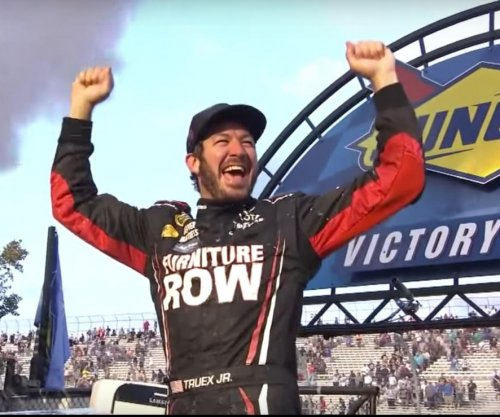 Martin Truex continues hot streak with win at Dover