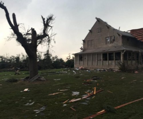 Extra large tornado tears up 20 homes in Kansas