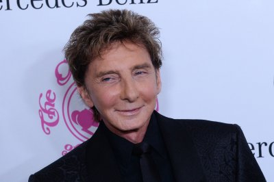 Barry Manilow marries manager Garry Kief