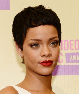 Rihanna, Minaj each up for 4 AMAs
