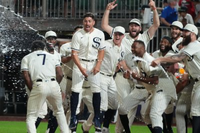 Anderson's walk-off homer leads White Sox past Yankees in 'Field of Dreams' Game
