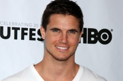 'The Flash' alum Robbie Amell announces son's birth