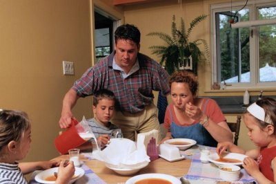 Family meals serve up better behaved kids