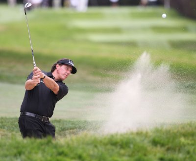 Mickelson closes in on Scottish Open lead