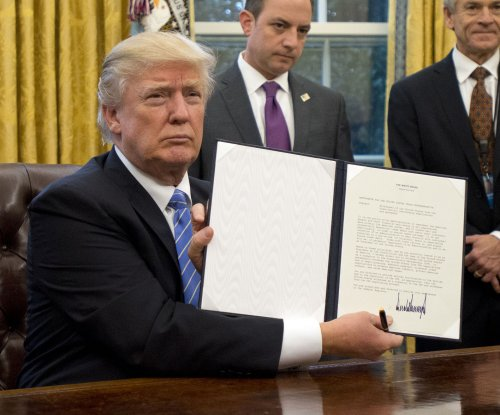 Trump signs orders to scrap TPP, initiate hiring freeze