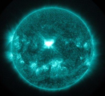 Huge solar flare erupts at Earth