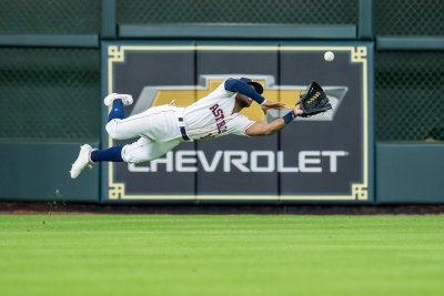 Astros' Tony Kemp makes diving, flipping catch vs. Pirates