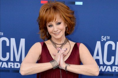 Reba McEntire, Darius Rucker to co-host the CMA Awards