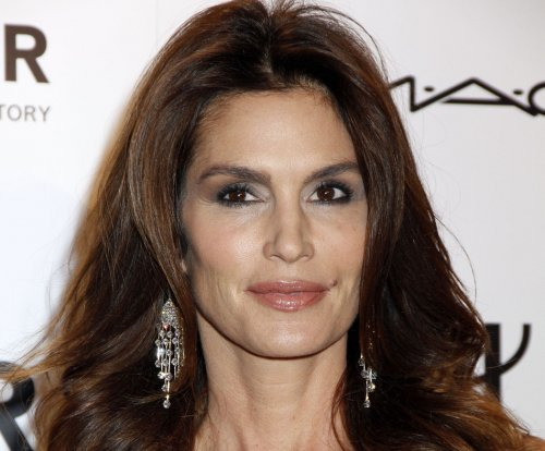 Unretouched photo of Cindy Crawford circulates online