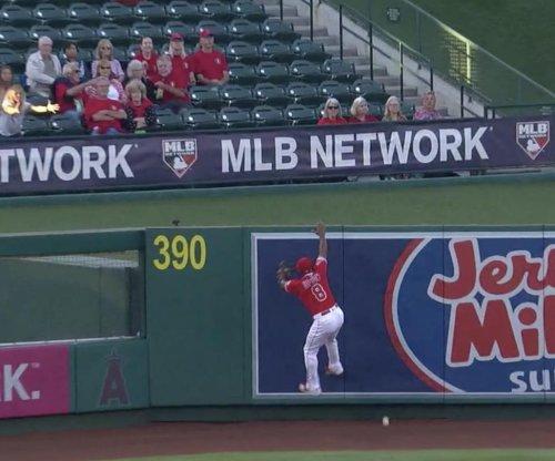 Justin Upton tries home run rob, horribly misjudges fly ball
