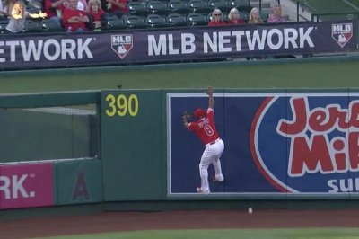 Justin Upton tries home run rob, horribly misjudges fly ball