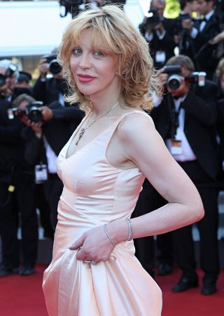 Courtney Love thinks she's found missing the Malaysia Airlines plane