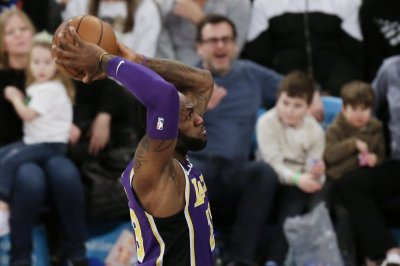 Kobe Bryant watches LeBron James' Lakers beat Hawks
