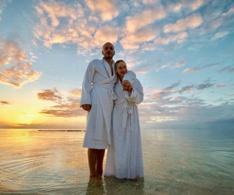 'Glee' alum Becca Tobin posts photos from honeymoon