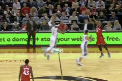 Raptors' Wright sinks half-court buzzer-beater