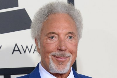 Tom Jones in hospital with bacterial infection, cancels show