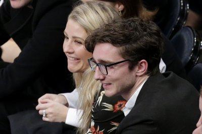 Singer Ellie Goulding marries art dealer Caspar Jopling