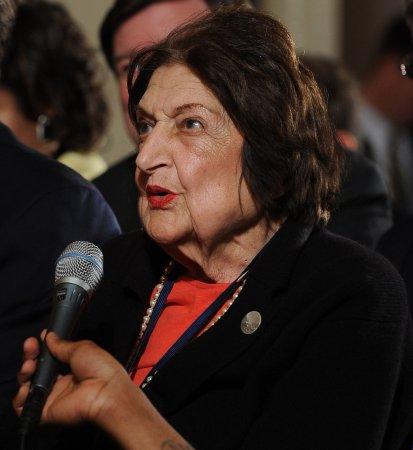 Helen Thomas announces retirement