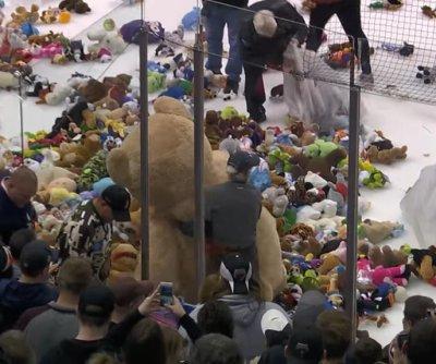 Fans toss 20,662 teddy bears onto the ice at Pennsylvania hockey game
