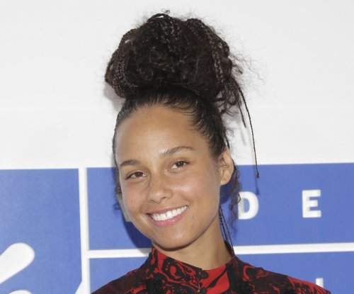 Alicia Keys goes makeup-free at 2016 MTV VMAs