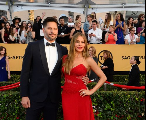 Sofia Vergara shows off engagement ring, fiancé Joe Manganiello at SAG Awards