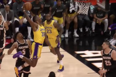 LeBron James feeds Dwight Howard dunk with no-look, between legs pass