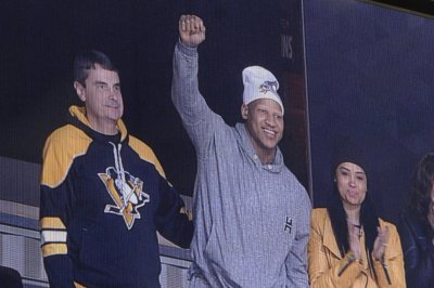 Steelers' Ryan Shazier stands to acknowledge crowd at Pittsburgh Penguins game